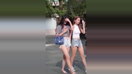 街拍:性感牛仔裤火辣火辣的,两位美女你更喜欢谁?