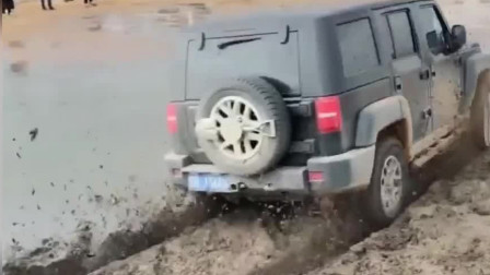 霸道过泥潭犹如表演,这是它的绝活,其它车怎么样呢?