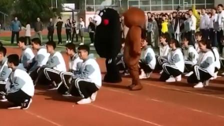 """运动会上最""""皮""""的同学,穿上衣服真的可以为所欲为,太搞笑了"""