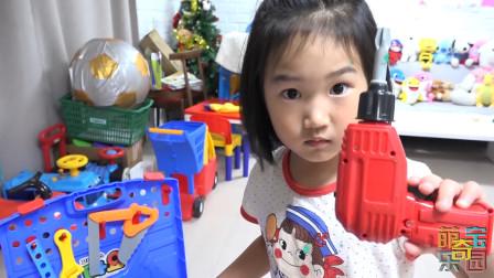 萌宝奇乐园:小萝莉用冰淇淋答谢爸爸,哥哥和小萝莉玩迷你水族箱