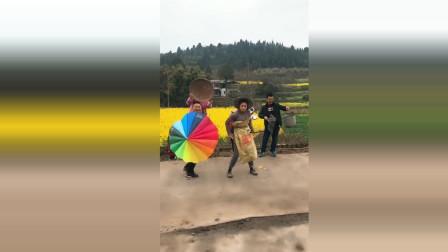村里的人都被我带偏了,尤其是拿伞的村长