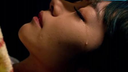 小伙子清理僵尸身上的泥土,突然感觉哪里不对劲,原来女僵尸在哭