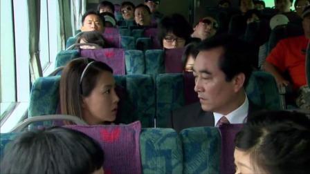 美女梦到座位旁边的大叔是流氓,谁知竟真猜对了,吓得美女赶紧逃