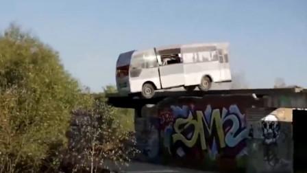 这么刺激的汽车游戏,本以为非常危险,靠近才发现车里根本没人