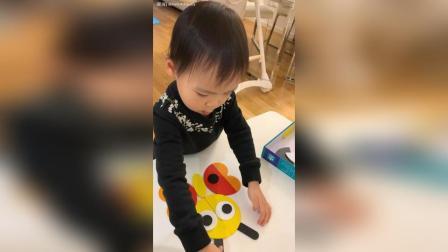 宝宝摆拼图。2岁4个月+