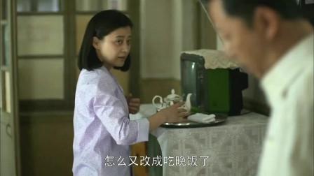 父母爱情:安杰弄咖啡杯,江德福问安杰喝个咖啡怎么忙成这样!
