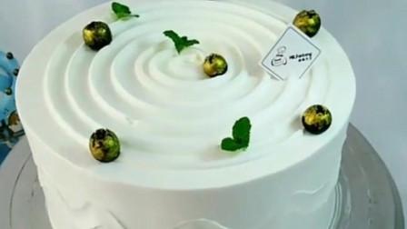 来看看蛋糕师的裱花手艺,简单的纹路,赏心悦目的蛋糕,都不舍得吃了