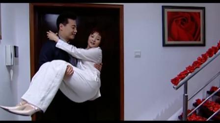 与敌共眠:丈夫精心准备,等妻子回到家后,丈夫直接把妻子抱进房间