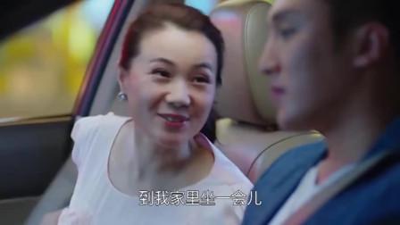 富婆看上健身教练,话里带话的暗示他,教练立马明白了她的意思