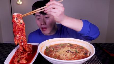 美食之香辣韩式拉面 吃播小哥:泡菜搭配着更完美!