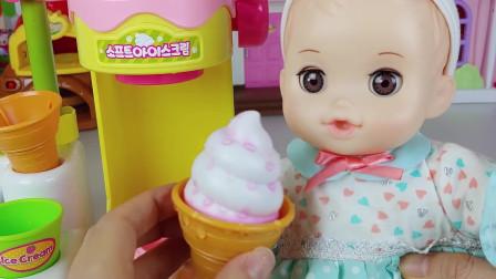 芭比娃娃在冰淇淋上放了很多草莓酱,她觉得这样味道会更棒
