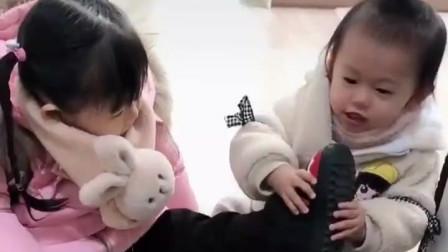 放学回来的两个小萝莉,互相帮忙脱鞋脱袜子,真是暖哭了!