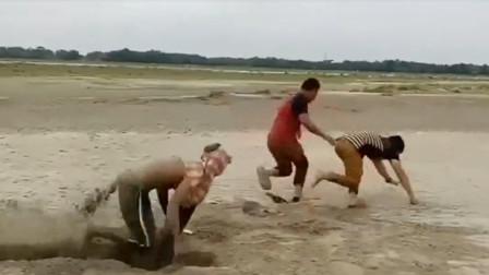 恶搞,外国小哥藏在沙子里,吓得路人拔腿就跑