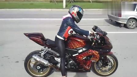 机车摩托:路上遇到一辆酷炫的摩托车,车主是个大美女哦