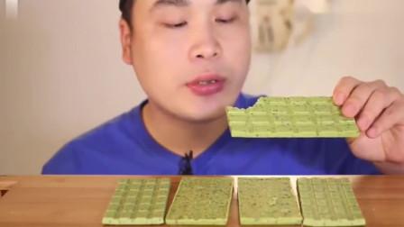 韩国大胃王胖哥,吃抹茶脆米巧克力,连着吃了好几块还是不过瘾!