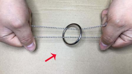 手不松开项链,如何才能取出铁圈?特简单,学会骗朋友玩玩