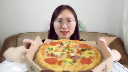 """听说过""""垃圾桶披萨""""吗?上面的料超多,真的是想放啥就放啥"""