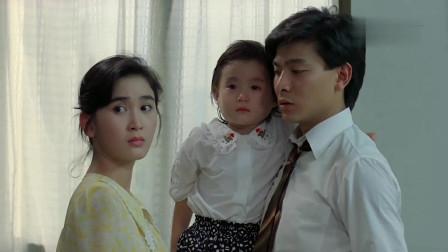 温碧霞挺个大肚子,怀抱一个小女孩,看起来还挺温馨的