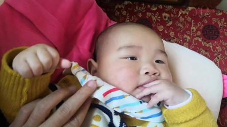 小宝宝在舔手指,爸爸逗他后笑得口水都流出来了,萌翻了