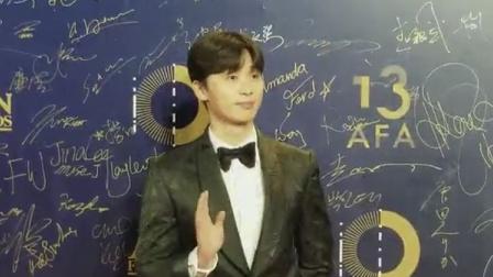 韩国男星朴书俊长腿霸屏 帅气签名惹粉丝尖叫