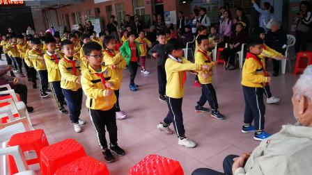 小学生学雷锋活动传播雷锋精神 探望敬老院 给老人表演广播体操