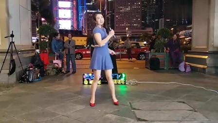 励志歌曲《爱拼才会赢》配轻盈的舞步真是美妙,难怪这么多人围观-
