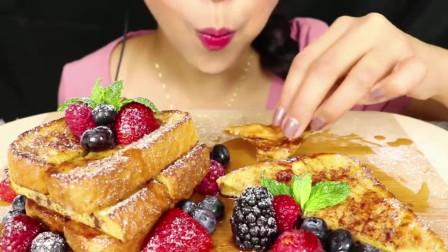 美食:Chele吃松软法式煎吐司配糖浆,独具特色,饱满可口!