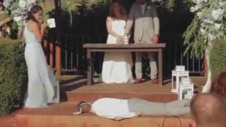 伴娘深情献唱祝福新婚夫妇 伴郎突然摔倒牙都被磕掉