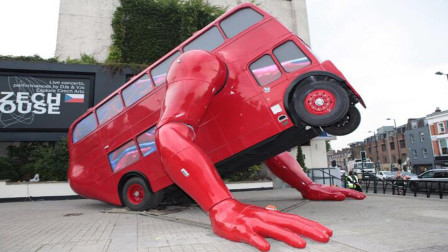 能做俯卧撑的公交车,1分钟做10个,动作相当标准!