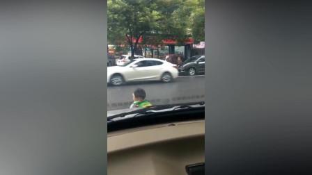 小家伙挡住我的车了,不敢按喇叭怕吓到她,这么小就一个人去上学