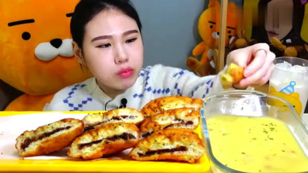 """韩国卡妹吃""""油炸红薯面包"""",蘸上香滑玉米汁,真美味"""
