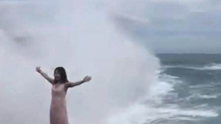 女子海边准备拍照 不料却被4米巨浪一秒吞噬