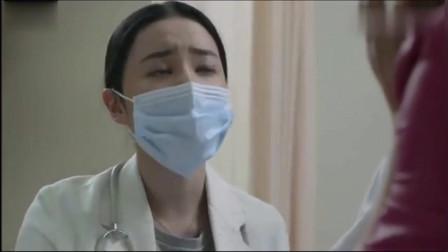 家暴男在外找小三, 在医院还敢打老婆, 女医生气的一盘子砸他脸上