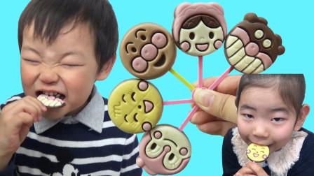 糟糕,萌宝小正太小萝莉偷吃了巧克力棒棒糖?最后怎么被发现的?