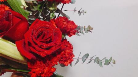 大红玫瑰开的正旺,再加上红康、尤加利、白百合,插了一花瓶,可还美?