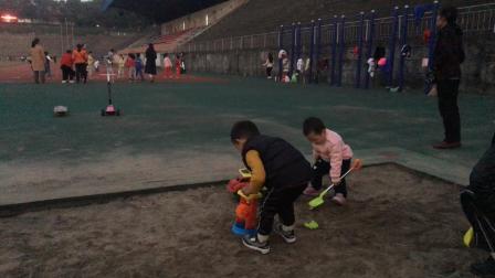 萌娃在九江学院操场跳远沙坑玩沙滩玩具搞笑视