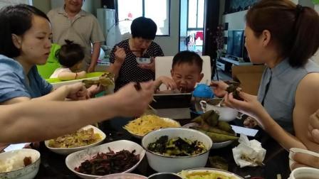 萌娃吃播搞笑视频 边吃饭边滑平板游戏