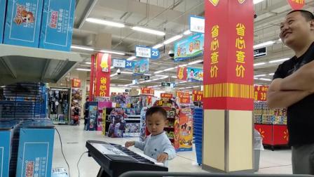 萌娃九江沃尔玛超市弹电子琴有模有样搞笑视频