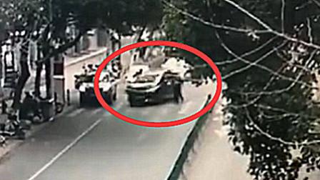 无证男子驾驶未年检车辆暴力闯卡 交警扒车窗拦截
