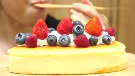 RUKA靓女吃可口蛋糕,鲜水果配奶油最搭了!