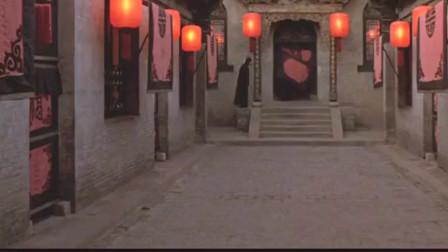 大红灯笼高高挂 颂莲假怀孕被发现了 在她的灯上罩黑布 打入了冷宫。