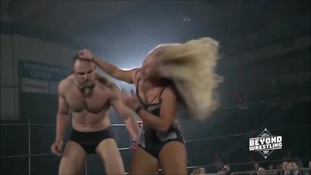 WWE男女混合摔跤:肌肉男是不是有点温柔,被打了都不慌张!