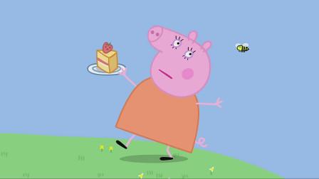 猪妈妈拿着蛋糕跑着,后面有一只小蜜蜂追她