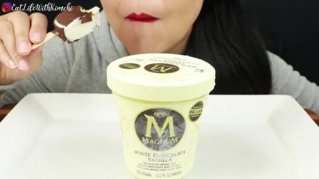 国外女吃货,吃焦糖巧克力脆皮冰淇淋、白巧克力脆顶香草冰淇淋
