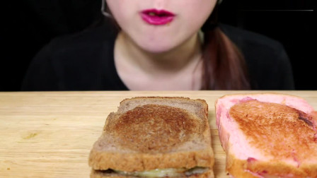 国外女吃货吃拉丝芝士烤吐司、巧克力芝士烤吐司、草莓芝士烤土司