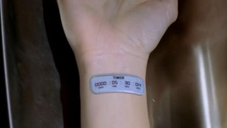 女孩戴上神奇手表后,居然自动显示交男朋友时间,可她却等不及了