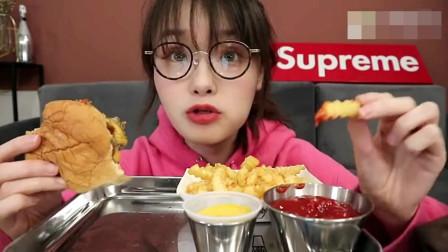 吃播大胃王,上海美女哎呦阿尤,吃最好吃的牛肉芝士蘑菇汉堡,汉堡的设计挺人性化!
