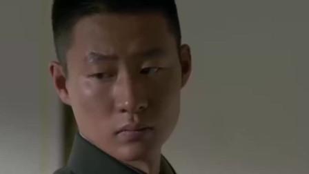女兵去男宿舍找男友,不料他舍友一句话,女兵顿时崩溃痛哭不已!