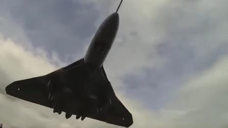低空飞行的战斗机从你头顶呼啸而过,会是一种怎样的体验?