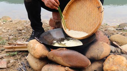 苗家老哥在野外,把大米倒进滚烫油锅里,做成一道美味零食!